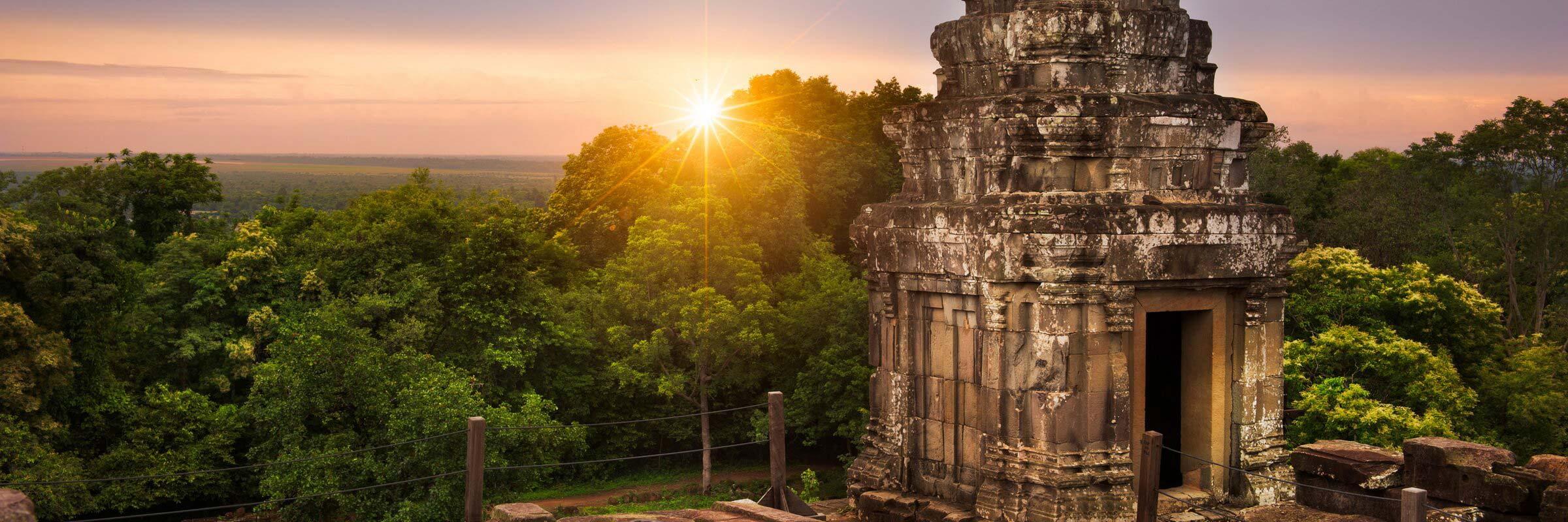 Sonnenuntergang am Pyramidentempel Phnom Bakheng nahe Siem Reap in Kambodscha
