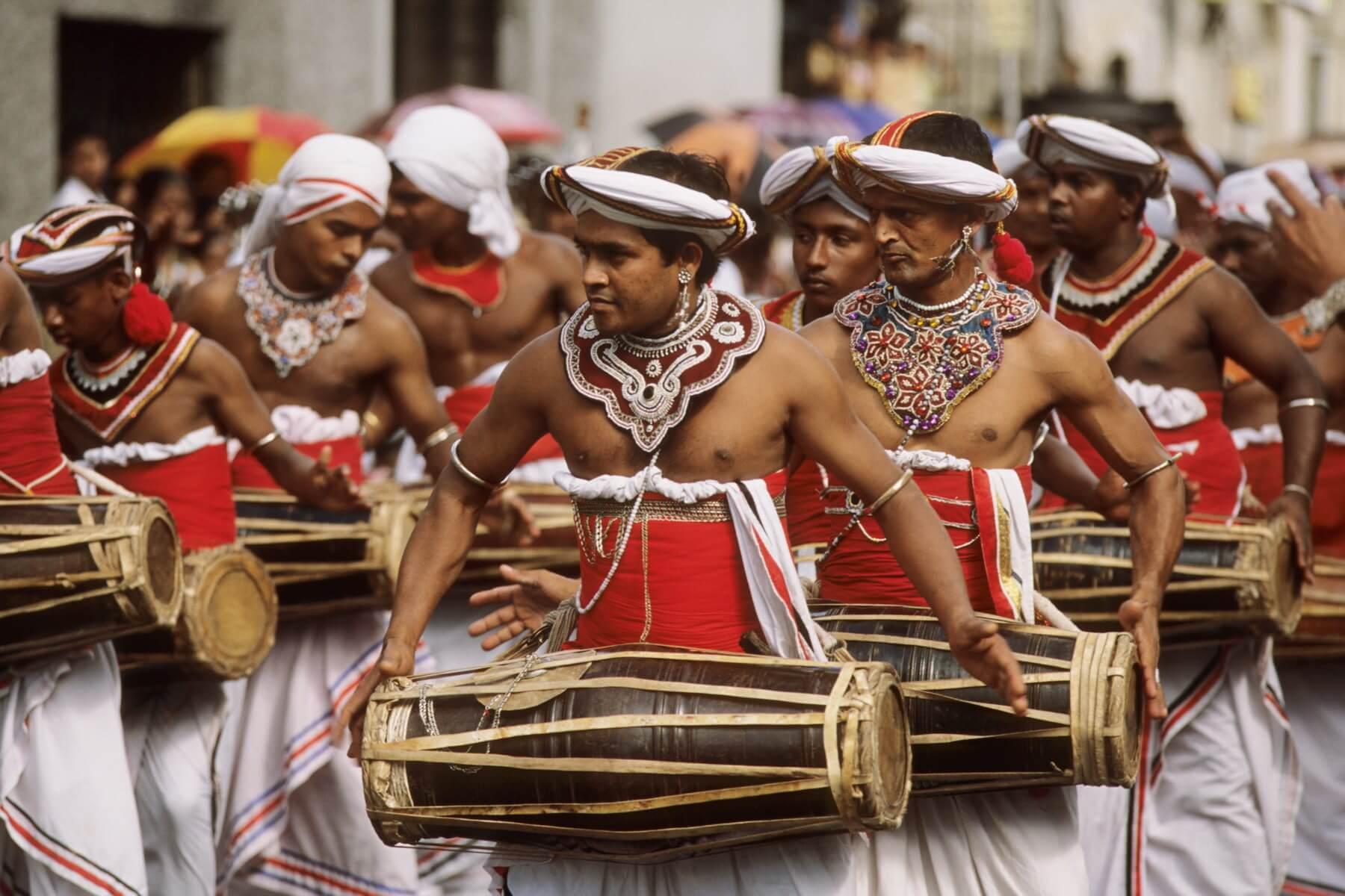 Kandy-Esala-Perahera gehört zu den großartigsten Festen in ganz Südost-Asien und ist bekannt für farbenprächtige und prunkvolle Festprozessionen.