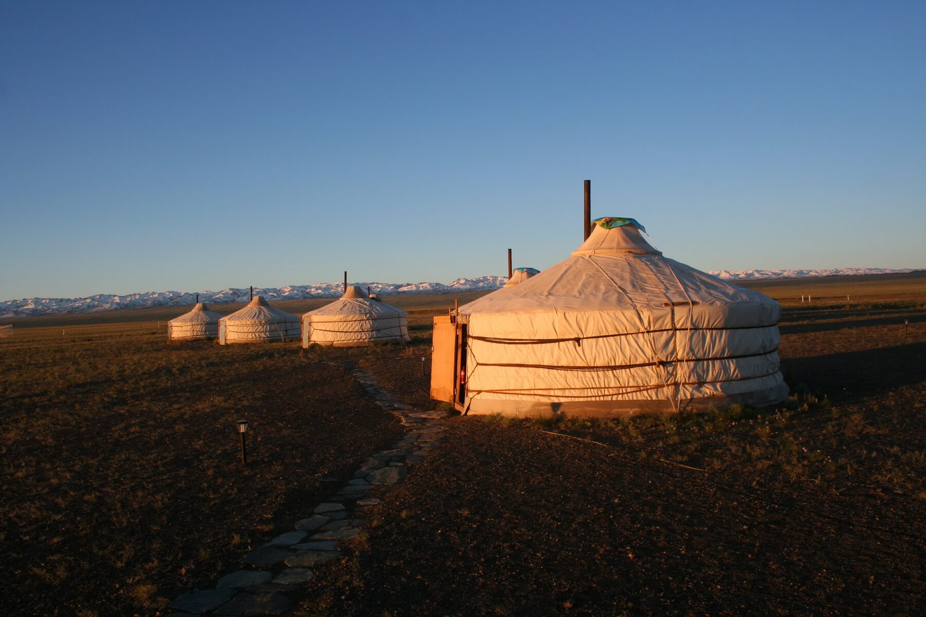 Traditionelle Jurten im weiten Land der Mongolei