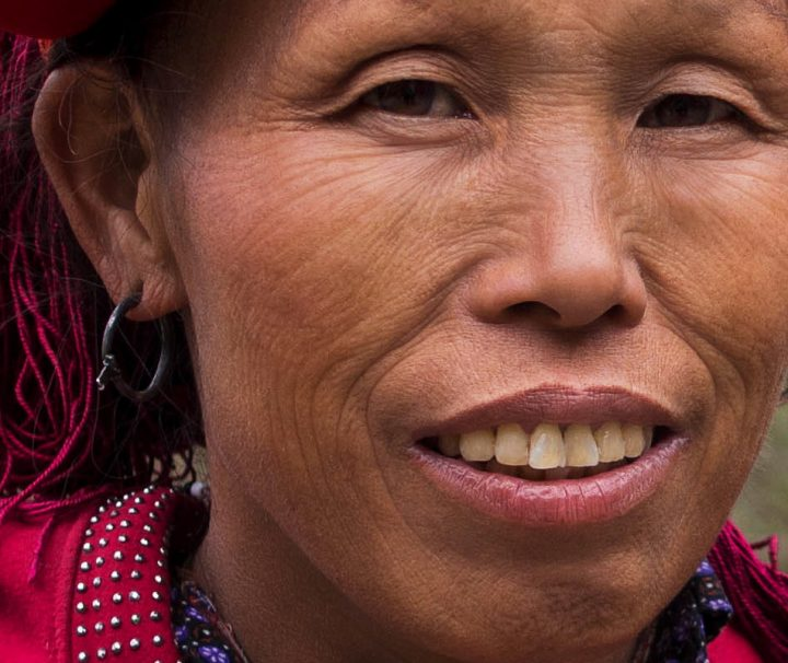 Frau der Dao Minderheit in Sapa mit traditionellem Kopfschmuck