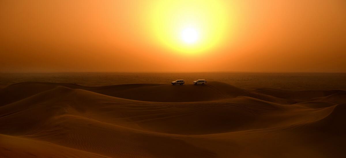 Jeeps in der Wüstenlandschaft von Dubai