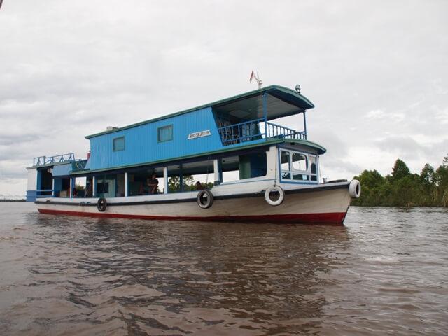 Der Mahakam Fluss ist nicht nur der Highway Kalimantans, er bietet mit den darauf fahrenden Hausbooten auch einen idealen Schlafplatz.