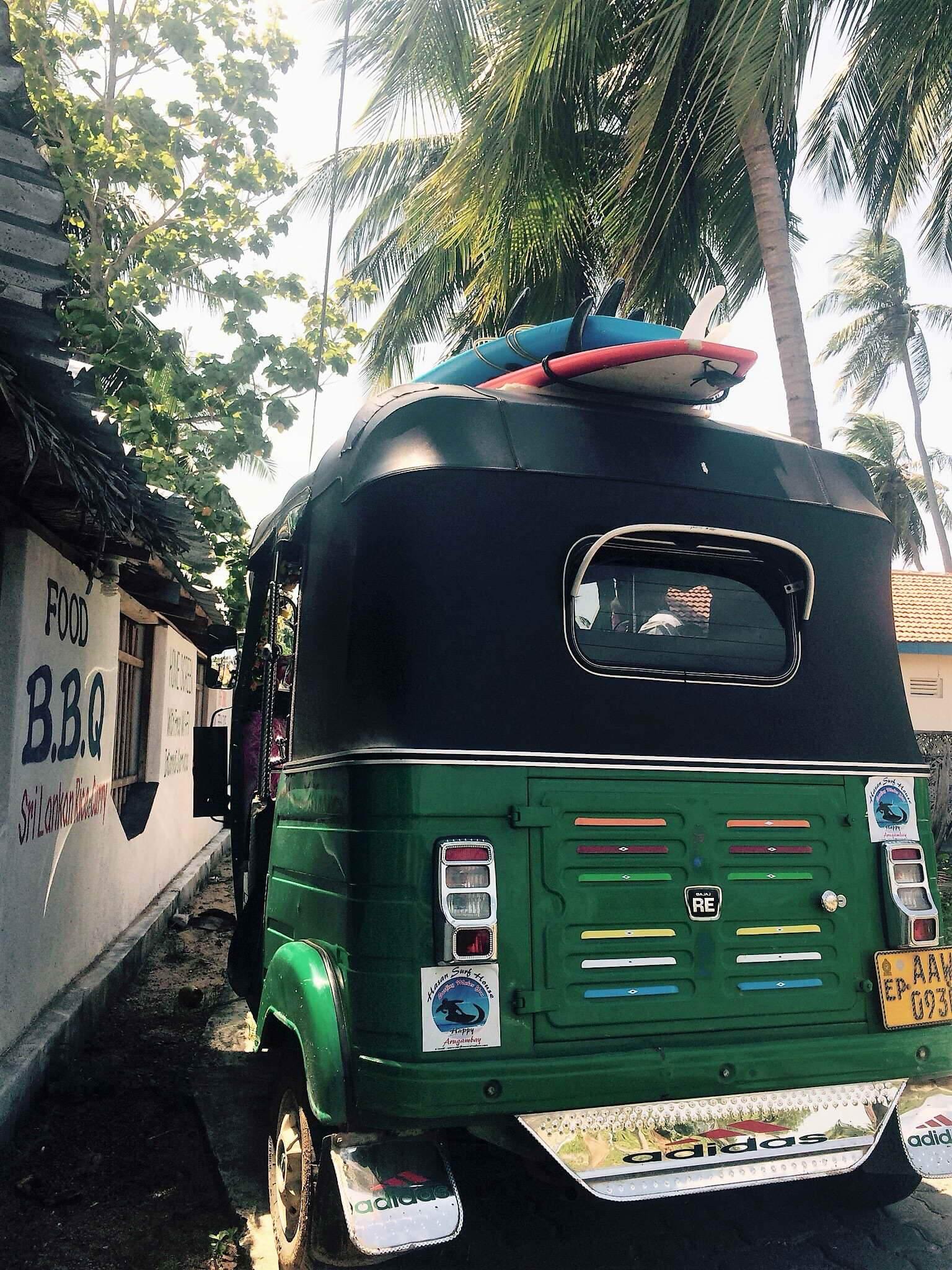 Mit dem Tuktuk geht es zum Surfspot in Sri Lanka