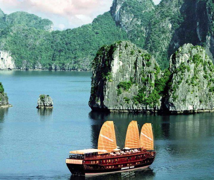 Für viele Reisende ist eine Kreuzfahrt durch die mystische Halong Bucht (UNESCO-Weltnaturerbe) der absolute Höhepunkt ihres Vietnam Urlaubs