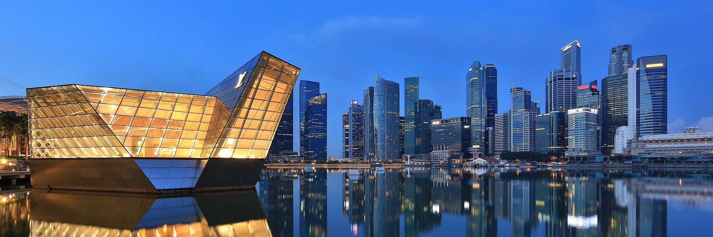 Marina Bay ist der jüngste Stadtteil von Singapur und wurde auf künstlichen Landaufschüttungen gebaut.