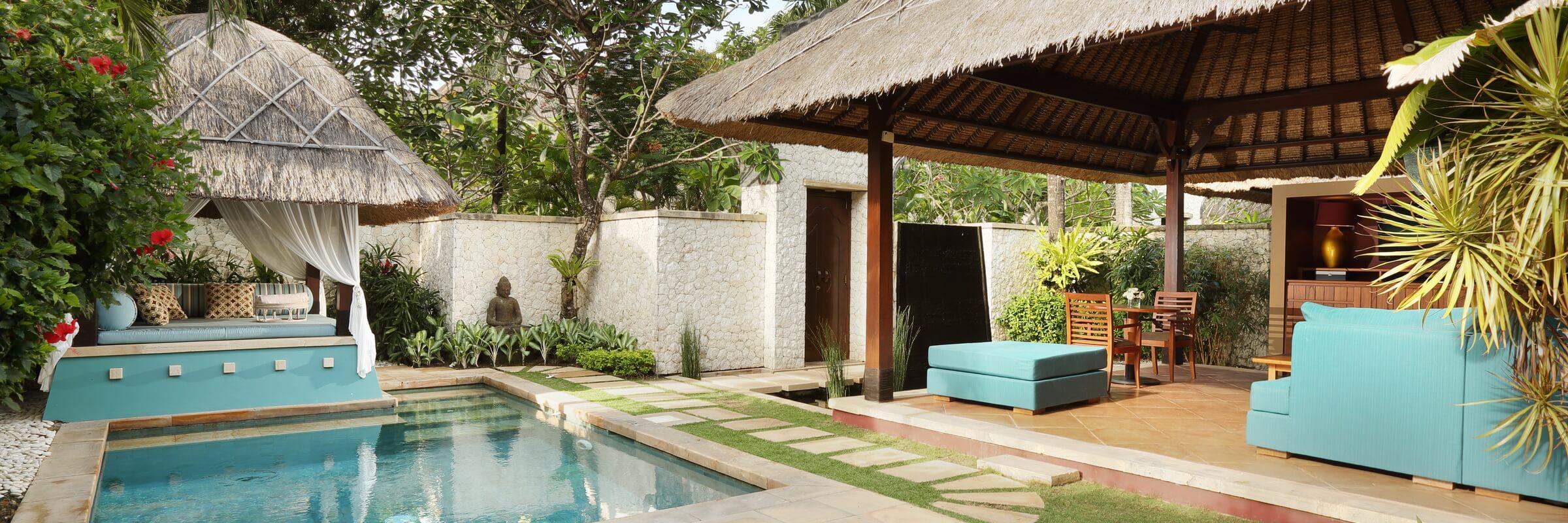Garten mit Pool und Sonnenbereich der Pool Villa im Novotel Bali Benoa