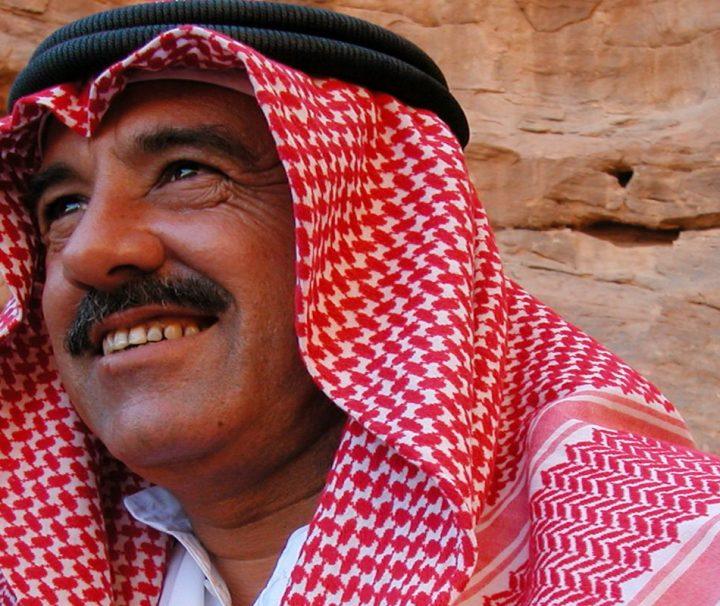 Ein Mann spielt auf einer Ud in der Felsenstadt Petra