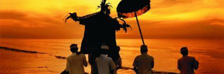 """Mit der ausgelassenen Melasti-Zeremonie bereiten sich Hindus auf den höchsten hinduistischen Feiertag auf Bali vor, den Nyepi – den """"Tag der Stille""""."""