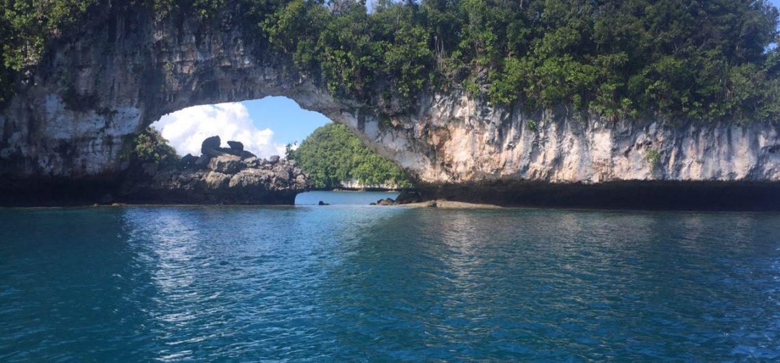 Blick auf eine Bucht in Palau, das Wasser ist kristallklar.