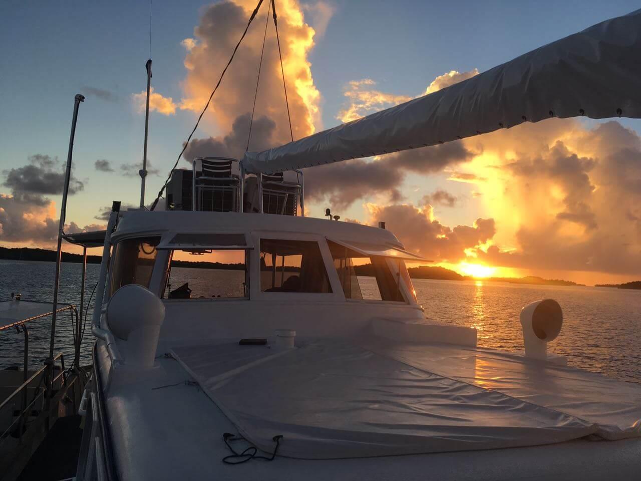 Blick auf den Sonnenuntergang von einem anliegenden Boot aus.