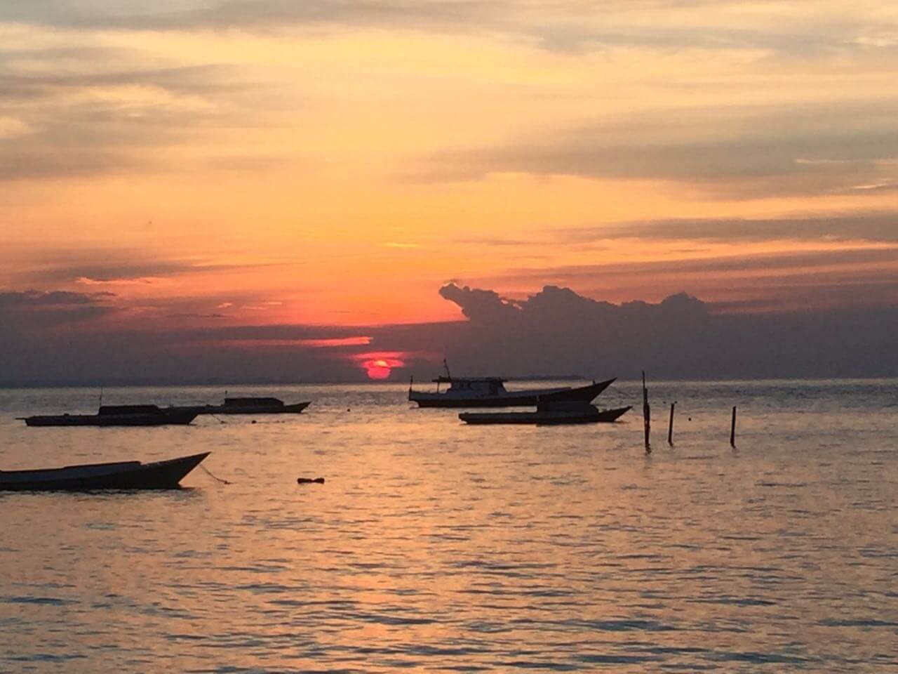 Sonnernuntergang auf den vorgelagerten Inseln Kalimantans