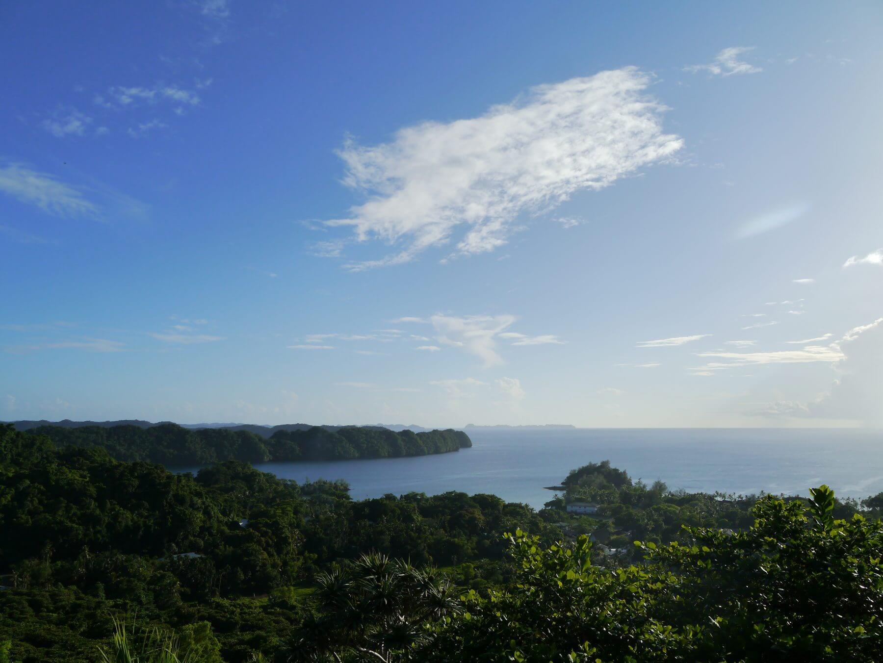 Panoramablick über die Insel auf das Meer.