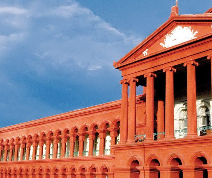 Das im griechisch-römischen Architekturstil erbaute Gebäude Attara Kacheri dient als Oberster Gerichtshof Indiens.