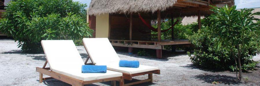 Die 2-stöckigen Bungalows des Cita Resorts liegen in einer weitläufigen Gartenanlage direkt am Strand.