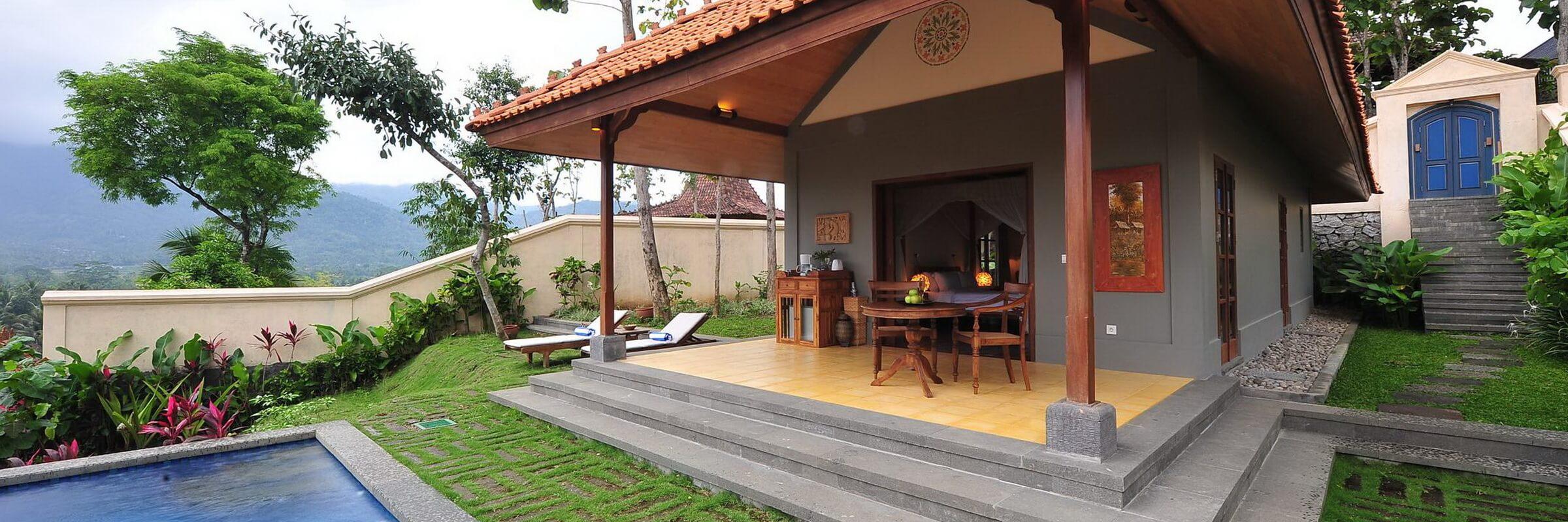Die Aussenansicht der stilvollen Executive Villen im Plataran Borobudur Boutique Resort mit eigenem Pool und Sicht auf die Berge oder den Borobudur