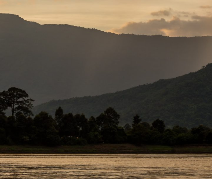 Die unvergleichbare Aussicht auf den Mekong vom River Resort Champasak bei Sonnenuntergang