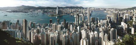 Blick vom über 552 Meter hohen Berg Victoria Peak über das Zentrum Hongkongs.