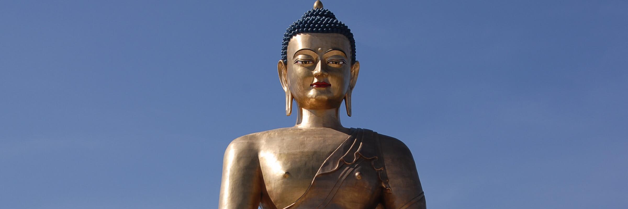Die gigantische, vergoldete Buddha Dordenma Statue steht auf einem Hügel im Süden von Thimphu, der Hauptstadt Bhutans.