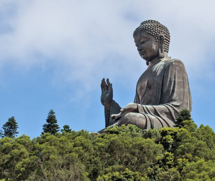 Zu den Attraktionen der Insel gehört das Kloster Po Lin, an dem die Tian Tan Buddha Statue zu finden ist.