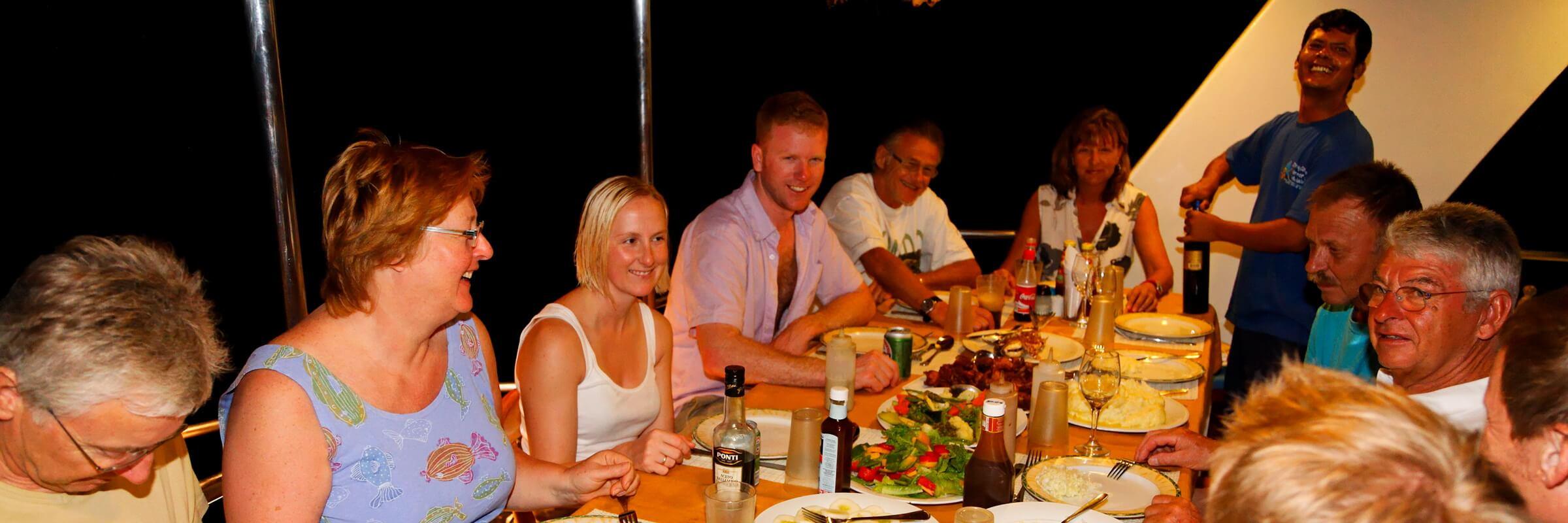 Die meisten Mahlzeiten auf der MY Sheena werden am großen Tisch im Heck des Schiffes serviert, darüber hinaus befinden sich noch 3 große Esstische im geräumigen Salon.