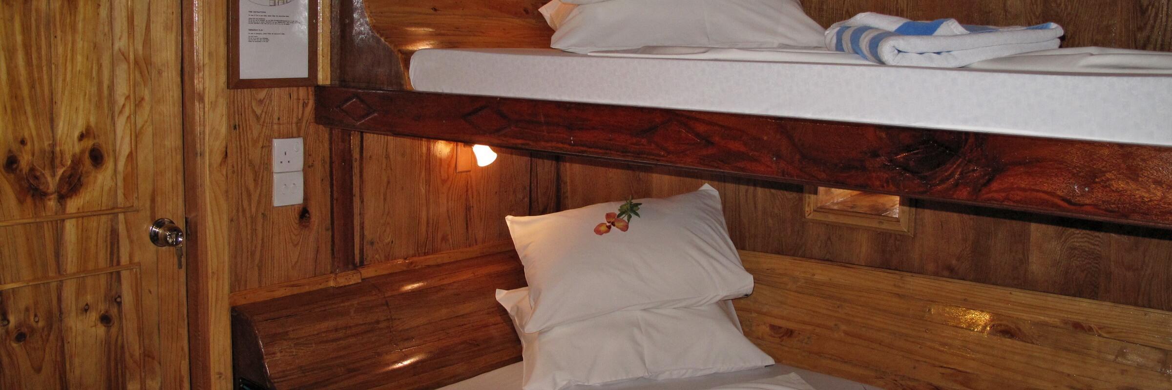 Die Kabinen auf dem Unterdeck (Standard Kabinen) sind mit jeweils zwei Einzelbetten ausgestattet und somit auch für Einzelreisende oder Tauchbuddys gut geeignet.