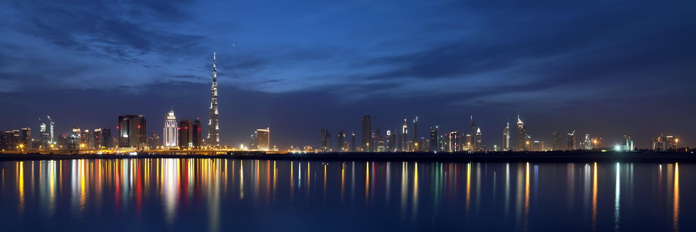 Die beeindruckende Skyline von Dubai ist sowohl bei Tag als auch bei Nacht ein spektakulärer Anblick.