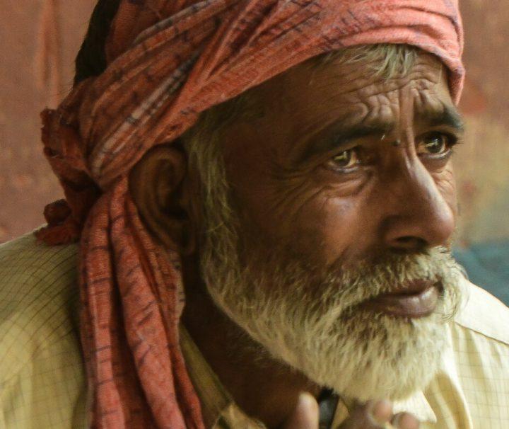 Portraitbild eines einheimischen Mannes in traditioneller Kleidung im Herzen von Delhis Altstadt.