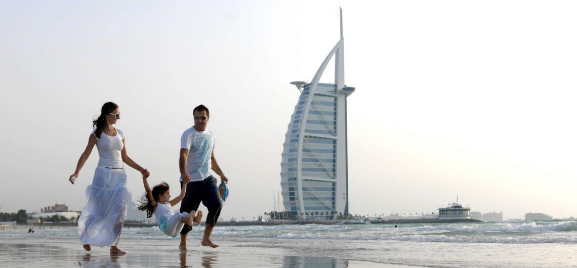 Der weitläufige Jumeirah Beach in Dubai ist ein belibtes Ausflugziel bei Familien und vor allem bekannt für Luxushotels wie das Burj al Arab.