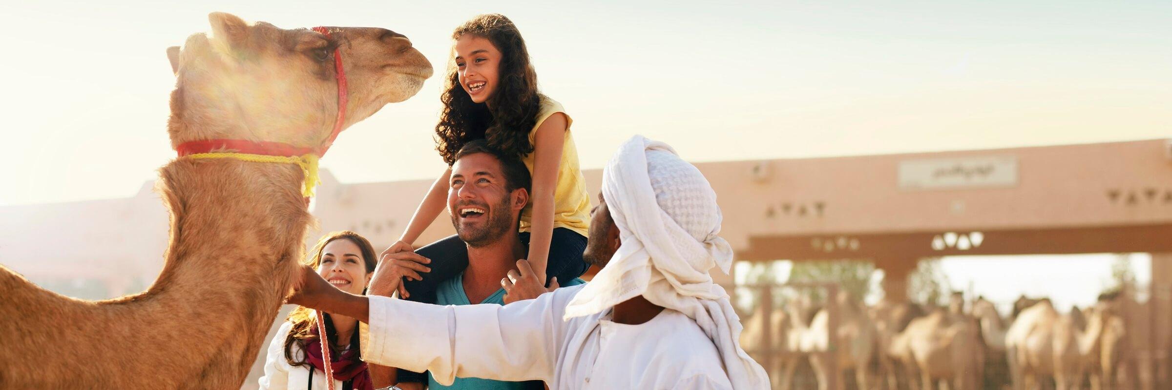 Bei einem Ausflug in die Wüstenoase Al Ain darf ein Besuch auf dem berühmten Kamelmarkt nicht fehlen.