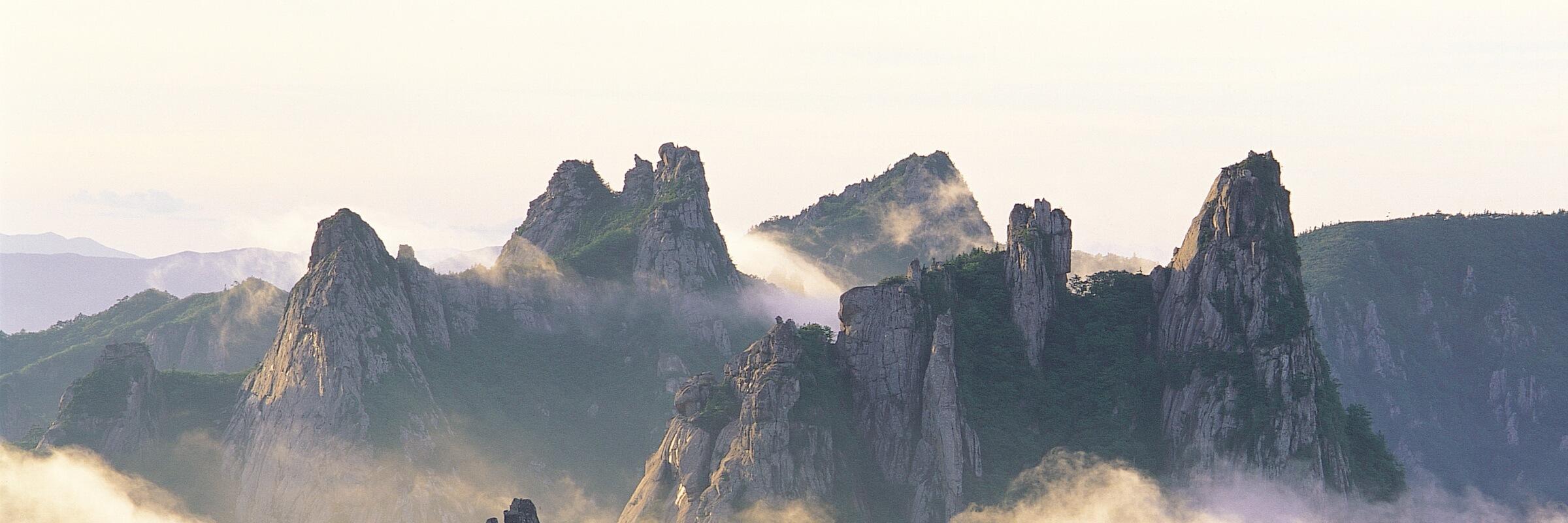 Der Seoraksan im Taebaek-Gebirge ist vor allem für seine zerklüftete Felslandschaft bekannt. Mit 1708 m ist er dritthöchste Berg Südkoreas.