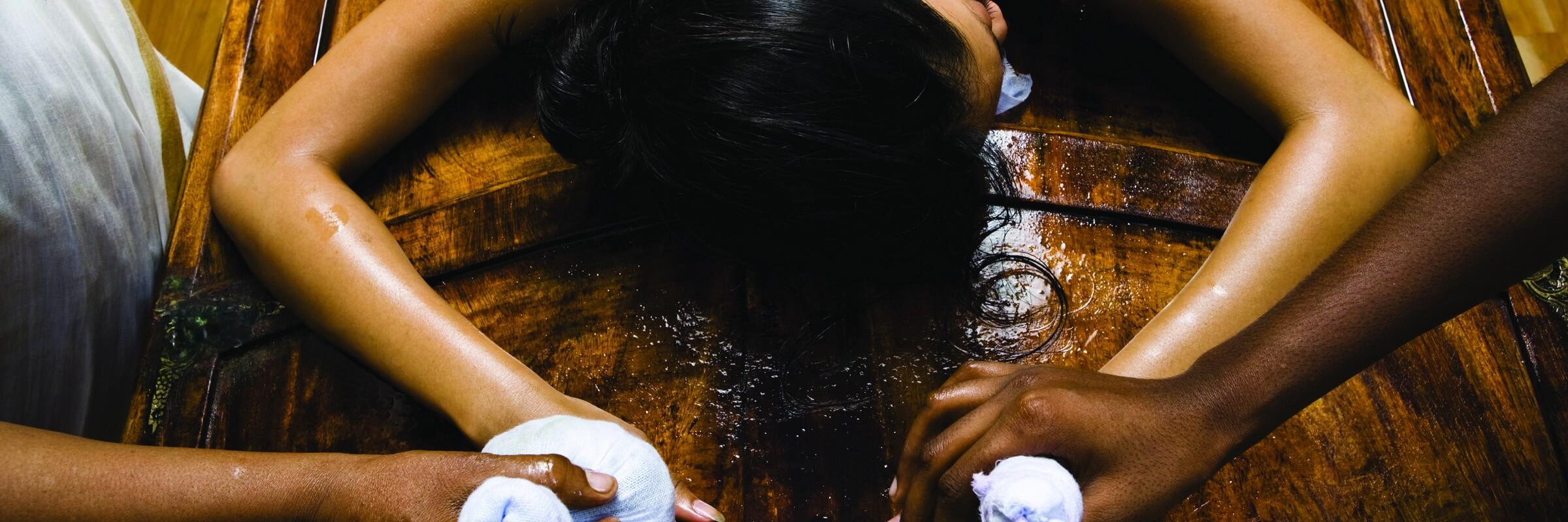 Bei einer indischen Ayurveda-Therapie werden sowohl physische als auch psychische und spirituelle Aspekte in die Behandlung einbezogen.