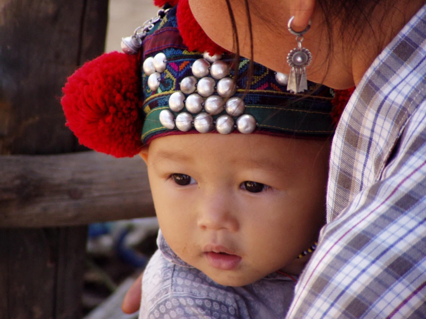 Angehörige der Yao-Minderheit leben in den bergigen Regionen Chinas, siedeln aber auch in Myanmar, Vietnam und Laos, dort werden sie zu den Bergvölkern gezählt.