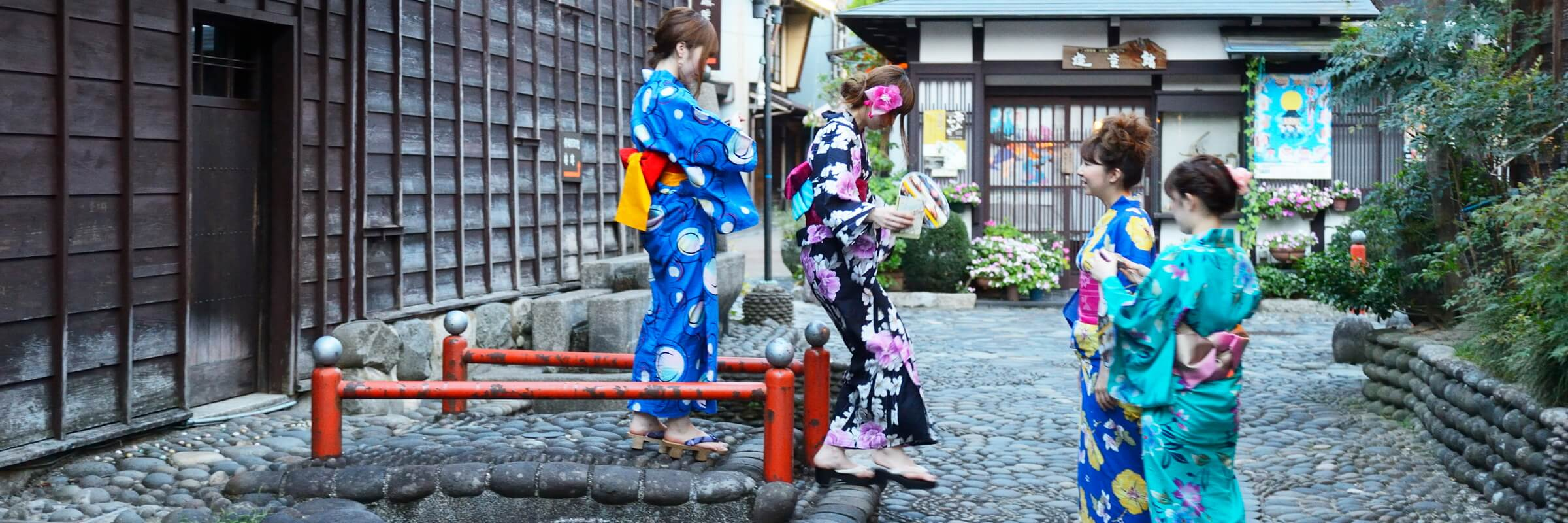 Geishas sind japanische Unterhaltungskünstlerinnen, die traditionelle japanische Künste darbieten.