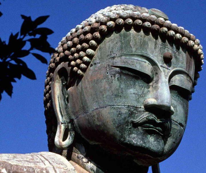 """Der """"Große Buddha"""" in Kamakura ist 13,35 m hoch und besteht aus mehreren getrennt gegossenen und kunstvoll zusammengefügten Teilen."""