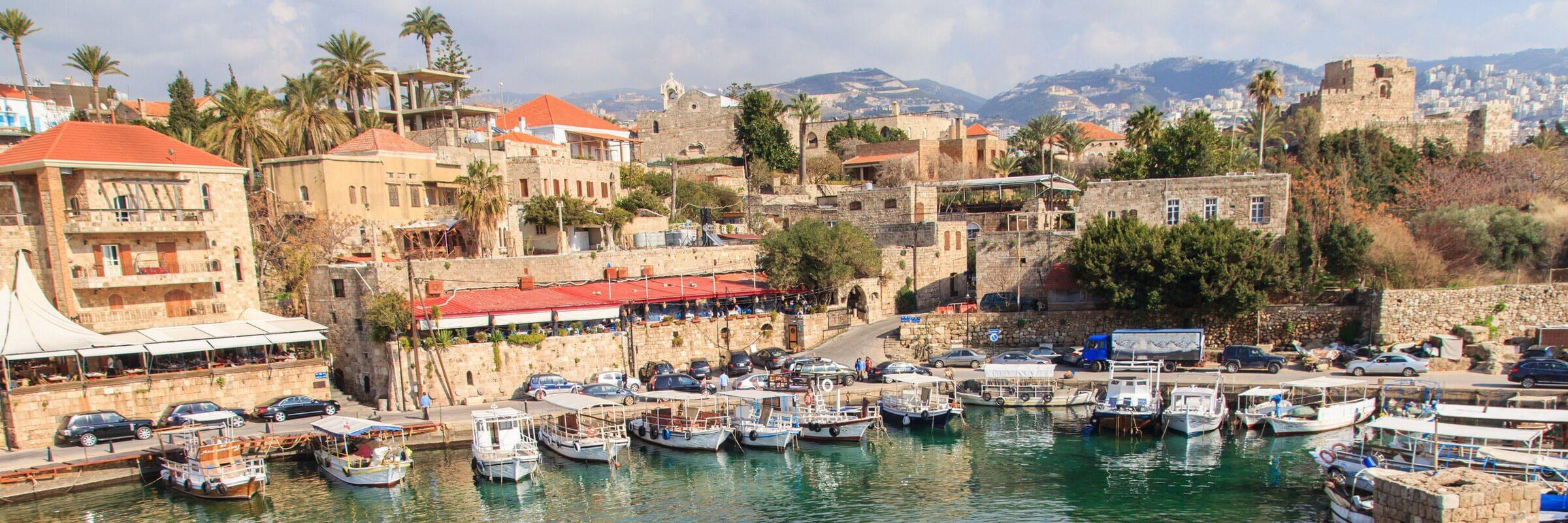 Die Hafenstadt Byblos an der Mittelmeerküste gehört zu den ältesten permanent besiedelten Orten der Welt und wurde 1984 zum UNESCO-Weltkulturerbe erklärt.