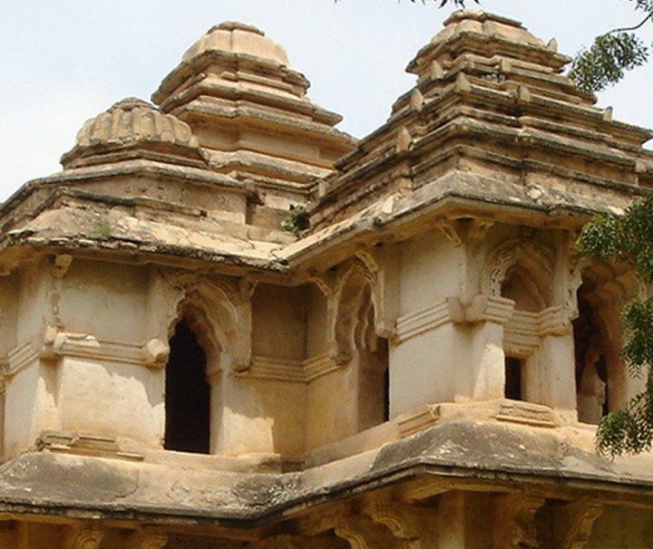 Das Lotus Mahal gilt als ein Musterbeispiel für Indo-islamische Architektur und war die Unterkunft der Königin von Vijayanaga.