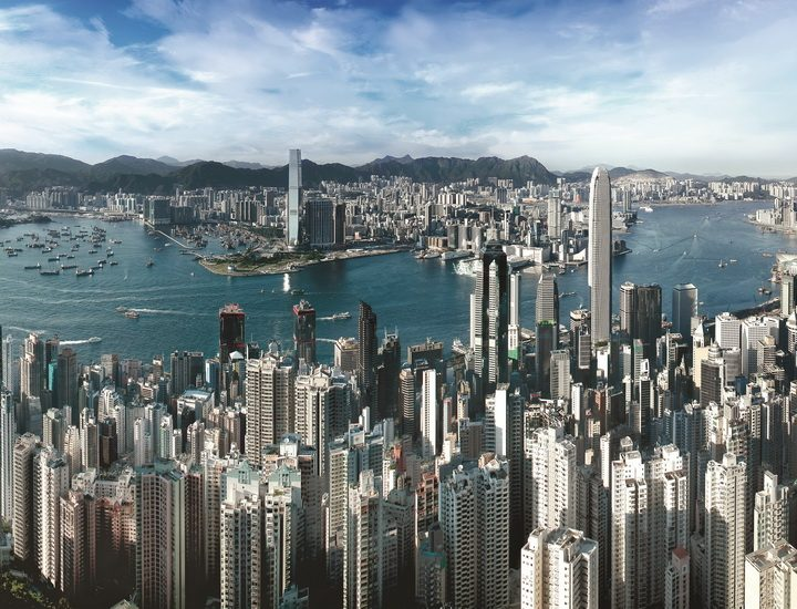 Blick vom über 552 Meter hohen Berg Victoria Peak über das Zentrum Hongkongs. Ein Highlight einer Hongkong Städtereise.