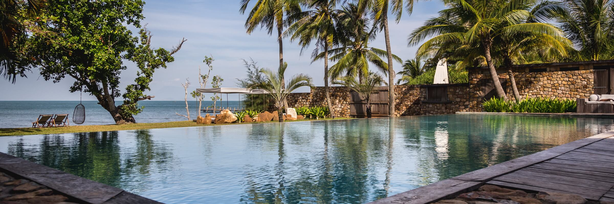 Herrlicher Infinity Pool des Knai Bang Chatt Resort mit Rundum-Terrasse, direkt am Ufer vom Golf von Thailand