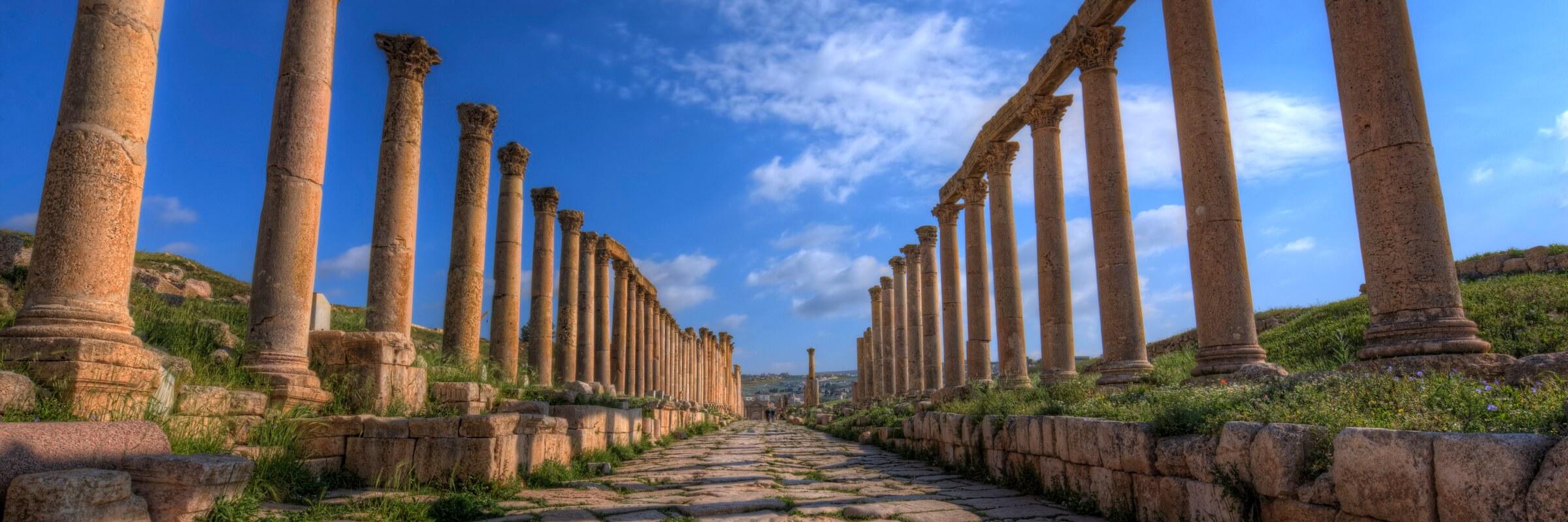 Ansicht der Saeulenallee zum ovalen Forums am Fuß des Jupitertempels in Jerash