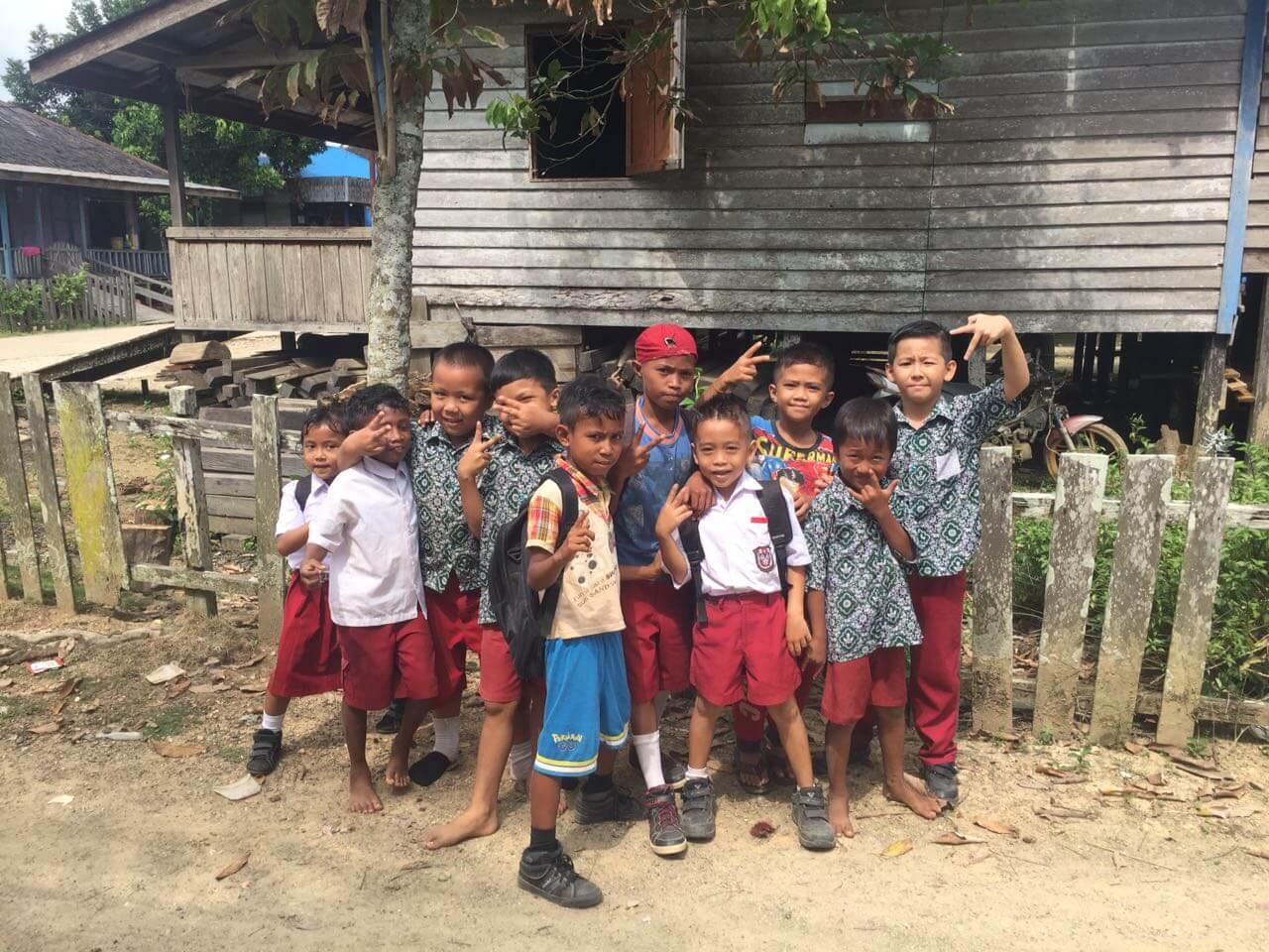 Junge Dayak in einem Dorf in Kalimantan