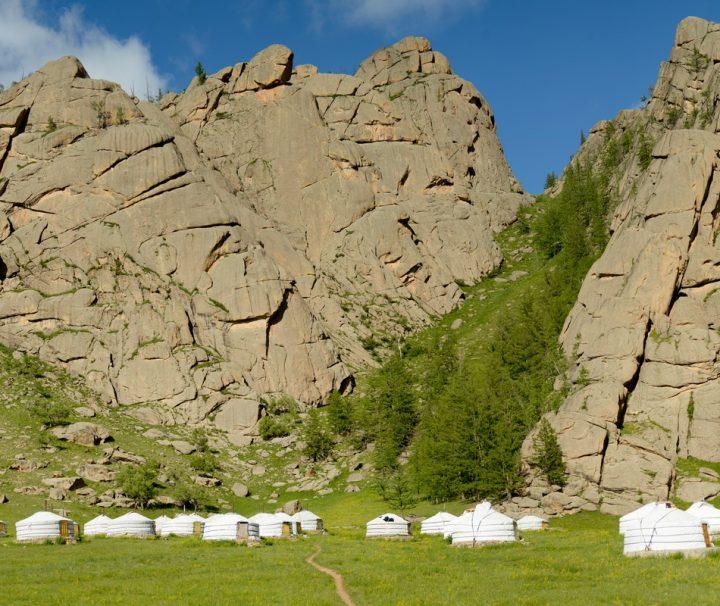 Viele Mongolen leben noch immer als Nomaden, die mit ihren Jurten durch das Land ziehen und von der Viehzucht leben.
