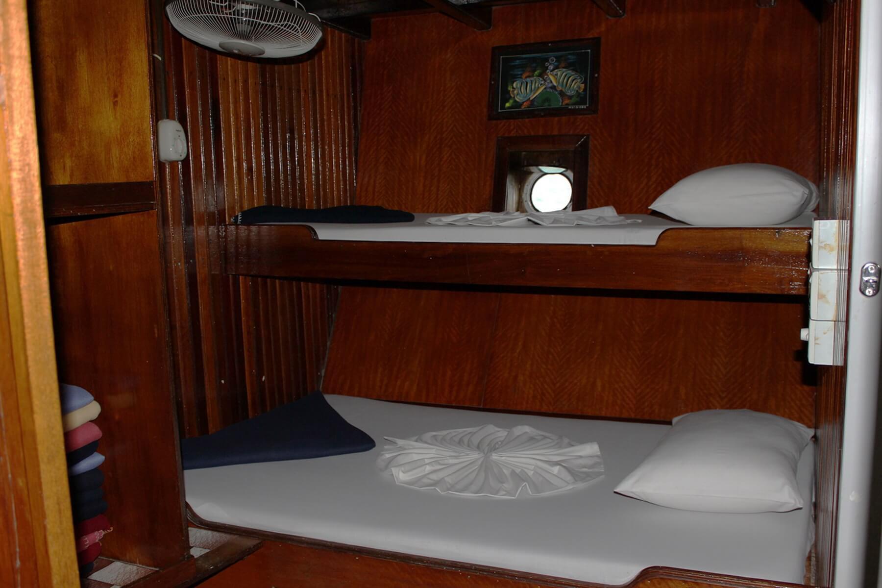 Alle Kabinen auf der MV Aisha sind mit Hochbetten, eigener Toilette und eigener Dusche ausgestattet.