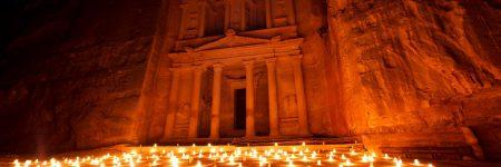 In Petra besteht die Möglichkeit bei einer Nachtwanderung das Khazne al-Firaun (Schatzhaus) im Licht von 1.800 Kerzen zu bestaunen. Ihre Jordanien Reise planen unsere Experten individuell mit nach Ihren Wünschen.