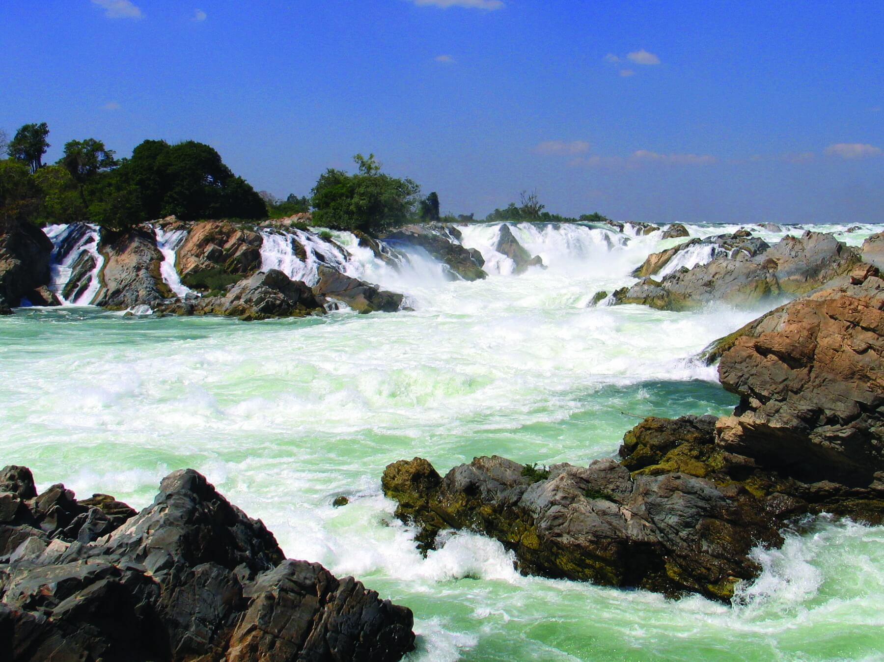 Die Mekongfälle liegen in der Provinz Champasak. Der kaskadenartige Wasserfall liegt an der Grenze zu Kambodscha.