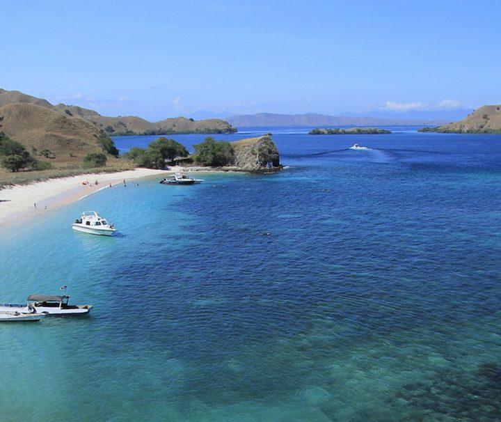 Der Pink Beach auf der Insel Komodo liegt in einer einsamen Bucht und verdankt seinen Namen der Farbe des Sandes, die durch Rückstände von rosafarbenen Korallen entsteht.