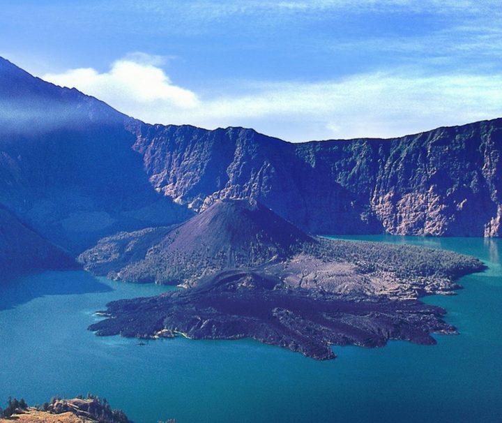 Der Vulkan Rinjani auf der indonesischen Insel Lombok ist nach dem Kerinchi der zweithöchste Vulkan des Landes.