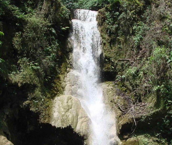 Der Kuang-Si-Wasserfall ist etwa 30 km von Luang Prabang entfernt gelegen und ein beliebtes Ziel für Tagesausflüge.