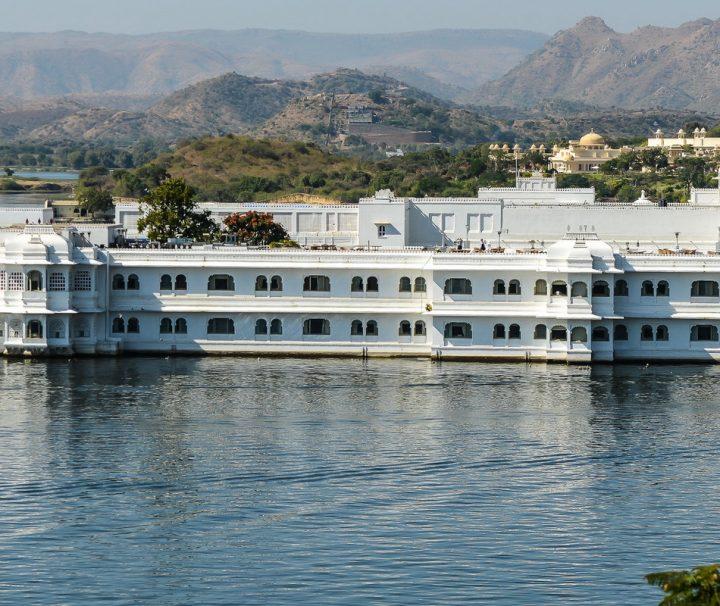 Die Palastanlage Lake Palace inmitten des Lake Pichola wurde im 18. Jahrhundert unter der Herrschaft von Maharana Jagat Singh II gebaut und wird heute als Hotel genutzt.