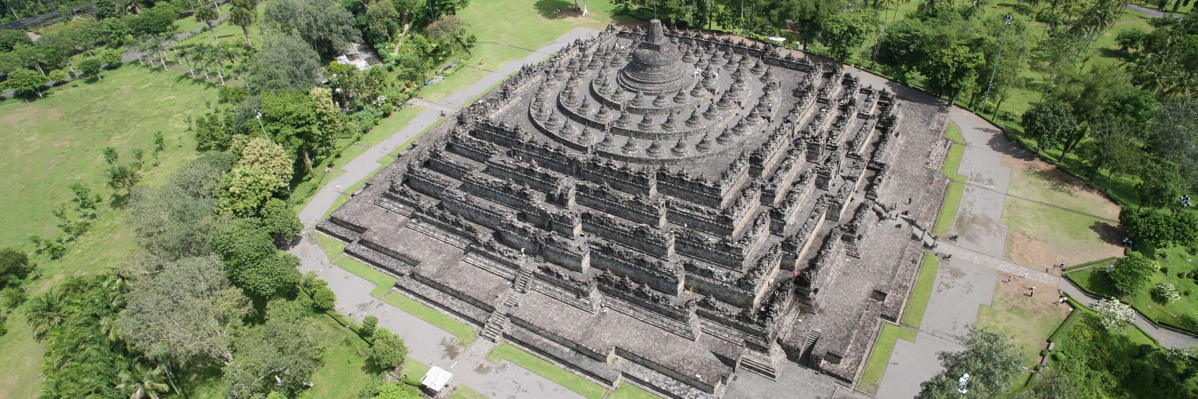 Die buddhistische Tempelanlage Borobudur ist ein einzigartiges religiöses Denkmal und eine wichtige Quelle für Informationen zur javanischen Geschichte.