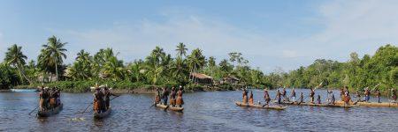 Die sogenannten Einbäume, Boote die aus einem einzigen Baum geschnitzt werden, sind das Hauptverkehrsmittel der verschiedenen Hochlandstämme in Papua.